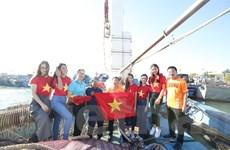 Tặng Quốc kỳ và tủ đựng thuốc cho các ngư dân vươn khơi bám biển
