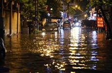 Nhiều tuyến phố tại Thủ đô ngập trong 'biển nước' sau trận mưa lớn