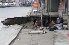 Cận cảnh 'hố tử thần' khiến nhiều hộ gia đình phải di dời tại Hà Nội
