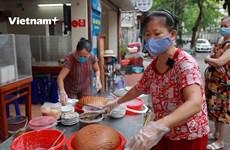 Hà Nội: Chủ và khách phấn khởi trong ngày đầu hàng quán mở trở lại