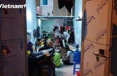 Kẹt tại Hà Nội, 22 công nhân xây dựng ở chung trong 1 phòng thuê