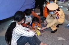 CSGT Hà Nội hỗ trợ hàng nghìn người trên đường đi xe máy về quê