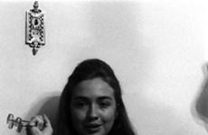 """Dân Mỹ """"phát sốt"""" với ảnh bà Hillary Clinton thời sinh viên"""