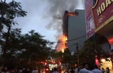 Clip ghi lại vụ cháy dữ dội tại quán karaoke ở Nguyễn Khang