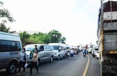 Hàng ngàn xe đậu kín hai bên đường gây ùn tắc trên Quốc lộ 1A