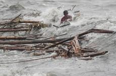 [Video] Nạn nhân Mangkhut sống sót thần kỳ giữa nước lũ cuồn cuộn