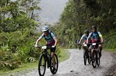 """Cụ bà 70 tuổi tham gia """"giải đua xe đạp chết chóc"""" ở Bolivia"""
