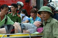 Cháy chung cư HH4a Linh Đàm, cảnh sát dùng búa phá cửa giải cứu