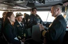 Thủ tướng Nhật Bản lần đầu tiên lên thăm tàu sân bay Mỹ
