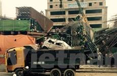 [Photo] Xe cẩu đưa chiếc taxi bị nạn khỏi vụ sập giàn giáo ở Hà Đông