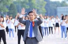 Hiệu trưởng nhảy flashmob cùng sinh viên trong ngày khai giảng