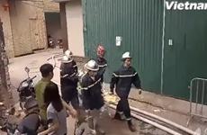 [Video]: Đưa thi thể nạn nhân ra khỏi hiện trường vụ cháy Nam Từ Liêm