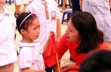 Phụ huynh lớp một xúc động khi lần đầu đưa con đi khai giảng