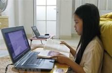 Hà Nội: Buổi học trực tuyến đầu tiên, học sinh bật khóc vì lỗi mạng