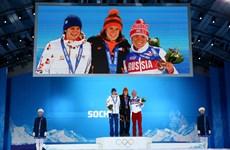 Tổng thống Nga Putin ôm mừng VĐV đồng tính ở Sochi