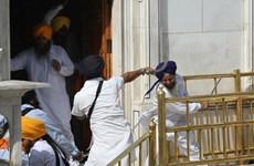 [Photo] Hỗn chiến bằng đao kiếm tại ngôi đền Sikh ở Ấn Độ