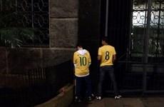 Thư Brazil: CĐV Nhật Bản nhặt rác, còn fan Brazil thì... tè bậy
