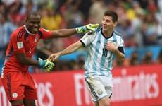 Thủ môn Nigeria xin trọng tài đừng cho Lionel Messi đá phạt