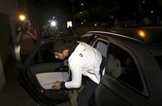 Luis Suarez đã đặt chân đến Barcelona, hàng trăm người ra đón