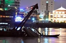 TP.HCM: Chìm xà lan gần hầm Thủ Thiêm, 3 người được cứu