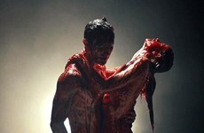 """MV """"Animals"""" của Maroon 5 gây sốc với nhiều cảnh máu me"""