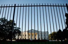 [Video] Nhảy qua hàng rào Nhà Trắng rồi đá chó của Mật vụ Mỹ