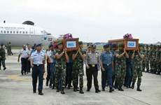 Hai thi thể nạn nhân máy bay rơi QZ8501 về tới sân bay Surabaya