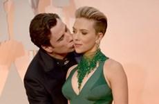 Ảnh Travolta hôn trộm Scarlett Johansson gây sốt trên mạng