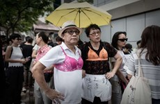 Người biểu tình Hong Kong mặc áo ngực phụ nữ phản đối cảnh sát