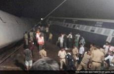 Ấn Độ: Hai đoàn tàu trật ray cùng lúc, hàng chục người chết
