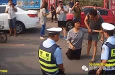 Cảnh sát giao thông Trung Quốc quỳ xuống đất để giải thích cho dân