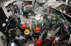 [Photo] Cận cảnh tìm kiếm nạn nhân mắc kẹt ở vụ sập biệt thự cổ