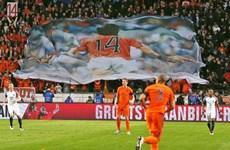 Trận Hà Lan-Pháp gián đoạn để tôn vinh Johan Cruyff
