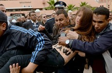 Hai cô gái ngực trần tấn công phiên tòa xử người đồng tính