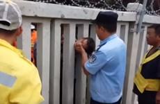 Hãi hùng cảnh bé 8 tuổi mắc kẹt đầu vào hàng rào đường sắt