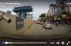 [Video] Thanh dàn giáo văng ra đường, suýt chọc thủng kính ôtô