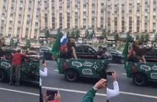 Fan Nga đem gấu đi diễu phố sau chiến thắng trước Saudi Arabia