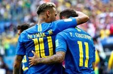 Neymar gắp bóng qua người điệu nghệ trước hậu vệ Costa Rica