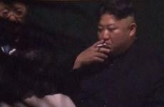 Video Chủ tịch Triều Tiên hút thuốc thư thái khi tàu dừng ở Trung Quốc