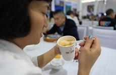 Phóng viên quốc tế trải nghiệm càphê trứng tại Trung tâm Báo chí