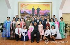 Chủ tịch Kim Jong-un chụp ảnh với nhân viên sứ quán Triều Tiên