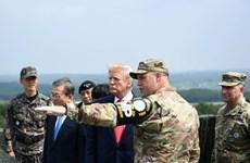 Tổng thống Mỹ Donald Trump thị sát vọng gác tại khu DMZ