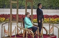Thủ tướng Đức Merkel ngồi ghế khi duyệt đội danh dự ở Trung Quốc