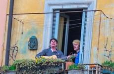 Người dân Italy đứng hát ngoài ban công cổ vũ nhau vượt qua COVID-19