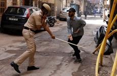 Cảnh sát Ấn Độ thẳng tay đánh roi những người phạm luật giới nghiêm