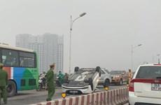 Xe 4 chỗ đâm vào dải phân cách, lật ngửa trên cầu Vĩnh Tuy