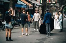 Chàng trai người Anh hát rap về cuộc sống và tình yêu với Hà Nội