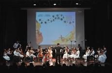Dàn nhạc giao hưởng nhí biểu diễn gây quỹ cho miền Trung