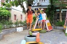 'Hô biến' sân chung cư thành khu vui chơi cho trẻ từ vật liệu tái chế
