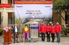 Báo VietnamPlus tặng quà cho đồng bào vùng cao thiếu nước ở Hà Giang